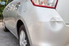 Baken av silverbilen får skadad av en slump Arkivfoton