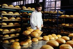 Baker βγάζει του φρέσκου ψωμιού φούρνων Στοκ Εικόνες