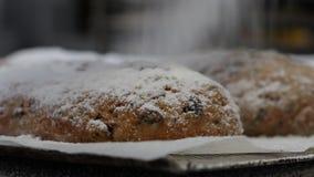 Baker κάλυψε σταφίδες Stollen τις γερμανικές Χριστουγέννων με τη ζάχαρη τήξης φιλμ μικρού μήκους