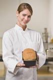 Baker με τη φραντζόλα του ψωμιού στοκ εικόνες