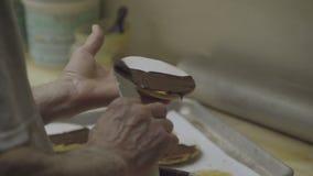 Baker προσθέτει τη σοκολάτα που παγώνει στα μπισκότα Napoleon απόθεμα βίντεο