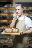 Baker στο αρτοποιείο στοκ φωτογραφία με δικαίωμα ελεύθερης χρήσης