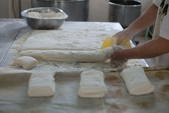 Baker Cutting Raw Ciabatta Brooddeeg Royalty-vrije Stock Foto's