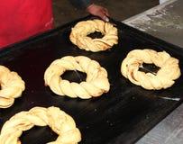 Baker dans une boulangerie industrielle avec le plateau de traitement au four Photo libre de droits