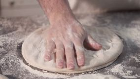Baker de rek het pizzadeeg dient langs de keuken in Langzame Motie stock footage