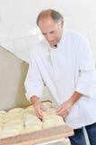 Baker die brodenbrood voorbereiden Royalty-vrije Stock Foto