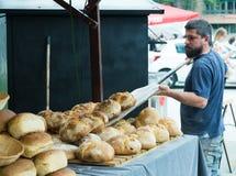 Baker die brood maken Royalty-vrije Stock Foto's