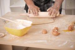 Baker die deeg voorbereiden stock afbeeldingen