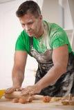 Baker die deeg voorbereiden stock foto