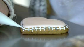 Baker die hart-vormig koekje verfraaien stock footage