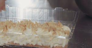 Baker die kaastaart met koekjescrumbs voorbereiden stock footage