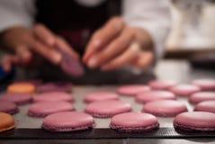 Baker die macaron dessert maken Royalty-vrije Stock Afbeelding