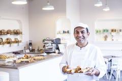 Baker die verse pannekoeken houden Royalty-vrije Stock Fotografie