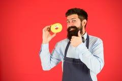Baker greepdoughnut Grappige hipster Zoete Doughnut Chef-kokmens in koffie Dieet en gezond voedsel Doughnutdieet calorie voel stock afbeeldingen