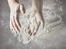 Baker handen met bloem in motie stock afbeelding