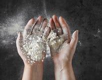 Baker handen met bloem in motie royalty-vrije stock afbeelding