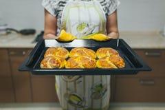 Baker handen met potholder naast het blad van het metaalkoekje met brood in oven royalty-vrije stock foto's