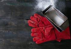 Baker handschoenen en broodvormen Royalty-vrije Stock Foto
