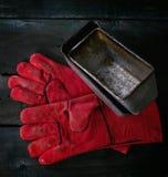 Baker handschoenen en broodvormen Stock Afbeeldingen