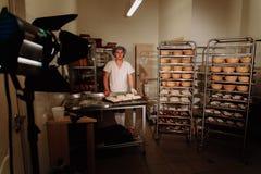 Baker het kneden deeg en het vormen van brood van brood stock afbeeldingen