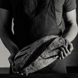 Baker Holding Bread Photo libre de droits