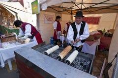 Baker maakt traditionele Hongaarse cake bij een festival Stock Afbeeldingen