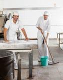 Baker masculin sûr dans la boulangerie uniforme de nettoyage photo libre de droits