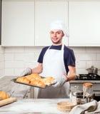 Baker montrant le croissant Photographie stock