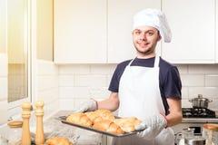 Baker montrant le croissant Photo libre de droits