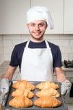 Baker montrant le croissant Image stock