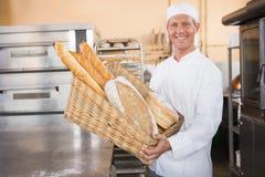 Baker montrant le panier du pain images libres de droits