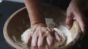 Baker overhandigt het kneden deeg stock videobeelden