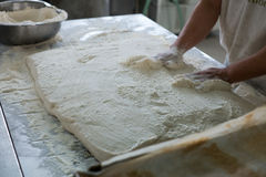 Baker Placing Raw Ciabatta Brood op Dienblad Stock Foto's