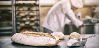 Baker préparant la pâte dans le mélangeur industriel photos libres de droits
