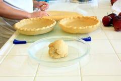 Baker préparant la pâte pour une tarte aux pommes Photographie stock libre de droits
