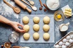 Baker remet préparer la pâte pour la configuration d'appartement de nourriture d'ingridients de recette de petits pains image stock