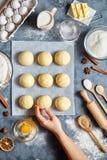 Baker remet préparer la pâte pour la configuration plate de nourriture d'ingridients de petits pains sur la table de cuisine photos libres de droits