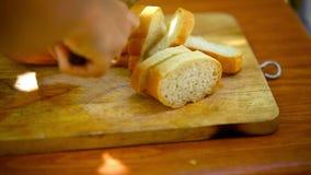 Baker Slicing Frans Brood op een Scherpe Raad stock video
