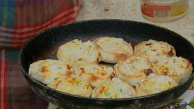 Αρχιμάγειρας που μαγειρεύει τις μίνι πίτες με το κοτόπουλο και το τυρί απόθεμα βίντεο