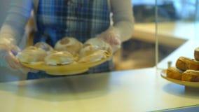 Baker zet broodjes op de teller stock video