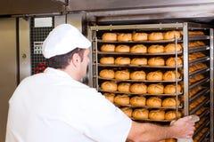Baker in zijn bakkerij royalty-vrije stock foto