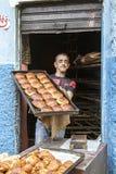 Bakerman que muestra sus cruasanes Foto de archivo