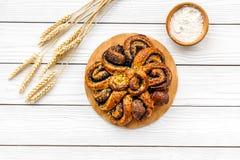 bakersfield Большое печенье с маком на белом деревянном взгляд сверху предпосылки стоковое фото rf
