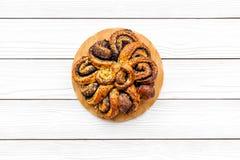 bakersfield Большое печенье с маком на белом деревянном космосе экземпляра взгляд сверху предпосылки стоковые изображения