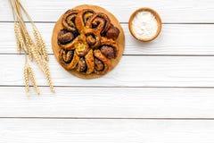 bakersfield Большое печенье с маком на белом деревянном космосе экземпляра взгляд сверху предпосылки стоковые фотографии rf