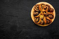 bakersfield Большое печенье с маком на черном космосе экземпляра взгляд сверху предпосылки стоковая фотография