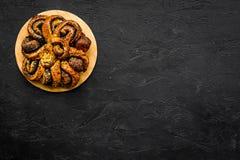bakersfield Большое печенье с маком на черном космосе экземпляра взгляд сверху предпосылки стоковые изображения rf