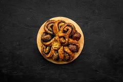 bakersfield Большое печенье с маком на черном космосе экземпляра взгляд сверху предпосылки стоковое фото rf