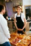 bakersfield Деятельность женщины, продавая хлебопекарню к мужчине стоковое фото rf