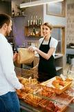 bakersfield Деятельность женщины, продавая хлебопекарню к мужчине стоковые фотографии rf